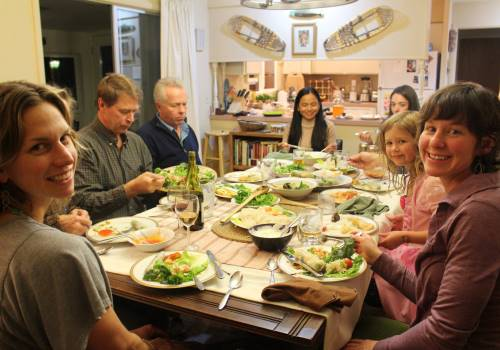 Figured 1. Makan malam bersama dengan keluarga lokal. Sumber: Freepik