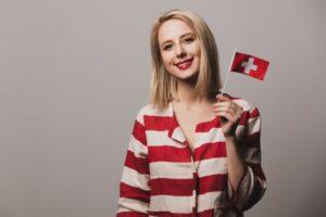 Seorang perempuan memegang bendera Swiss